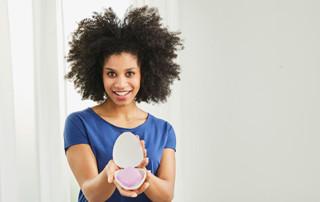 Femme présentant son diaphragme à taille unique