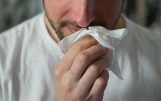Homme rhume allergies du printemps