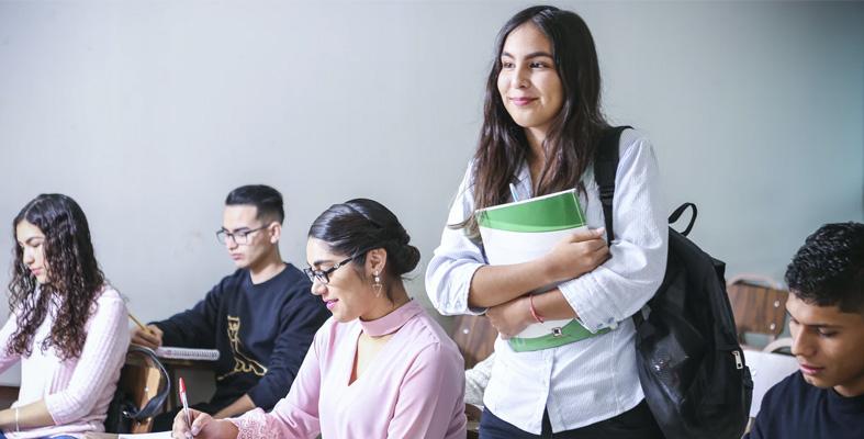 Examens, jeune fille en classe, détente, bivea